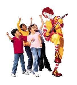 Crianças vêem menos publicidade de refrigerante e mais de fast food